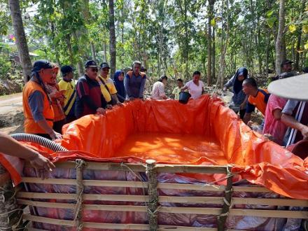 Kepala BPBD Kabupaten Trenggalek Mengawal Bantuan Air Bersih Didesa Besuki