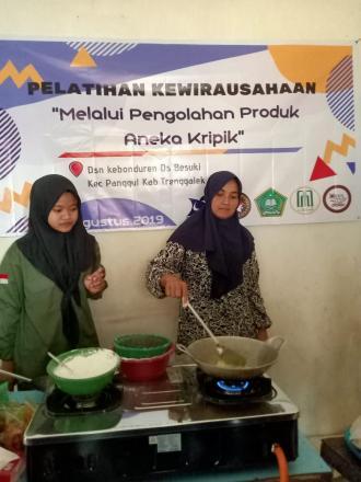 Pelatihan Kewirausahaan Melalui Pengolahan Produk Aneka Kripik  di Dusun Kebunduren Desa Besuki